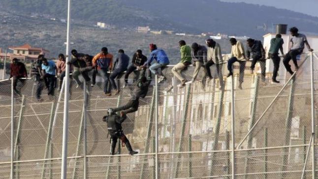 قوات الأمن الإسباني والمغربي تمنعان إقتحام 400 مهاجر للسياج الفاصل بين الناظور ومليلية المحتلة